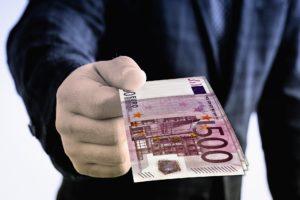 Die Entschädigung für ein falsches Urteil geschieht in der Regel durch eine Geldzahlung.